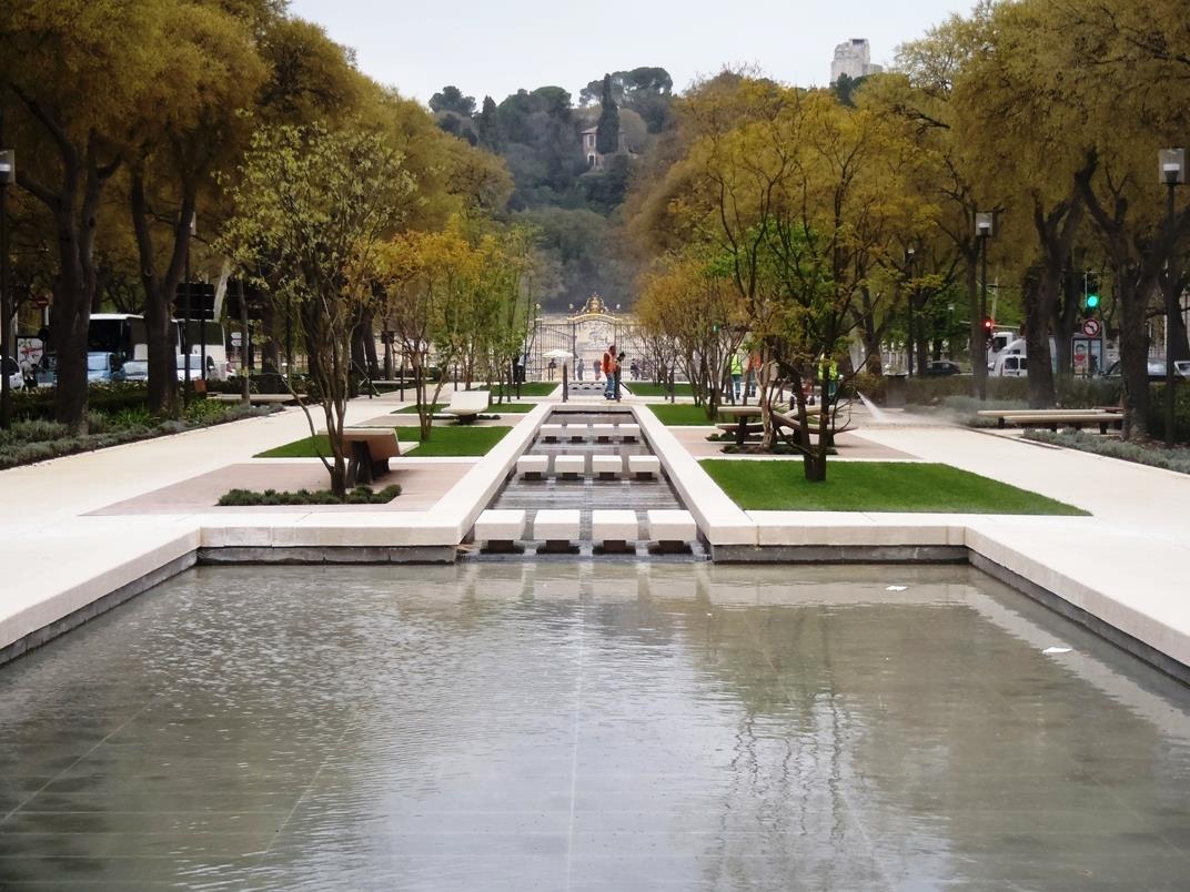Miroir d'eau et fontaine de type canal urbain à ruissellement