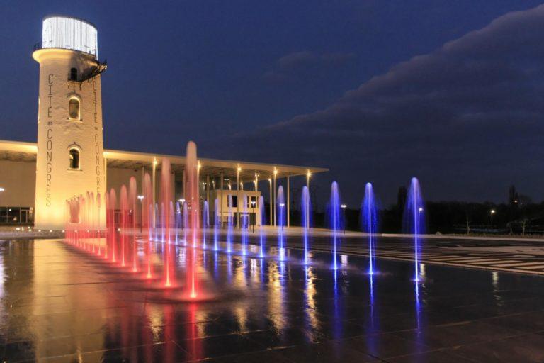 Fontaine sèche dynamique avec effet miroir d'eau