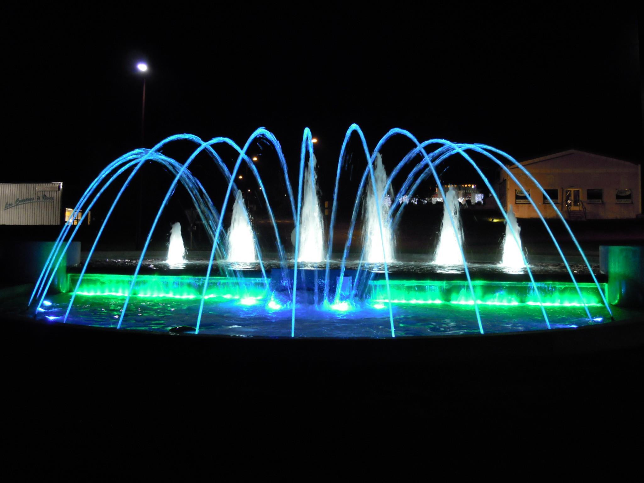 Mise en valeur de la fontaine par un éclairage par projecteurs à LEDS