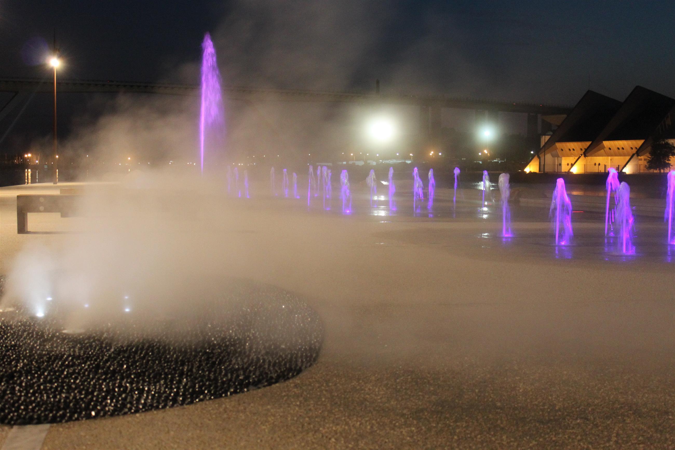Fontaines avec brouillard central illuminé