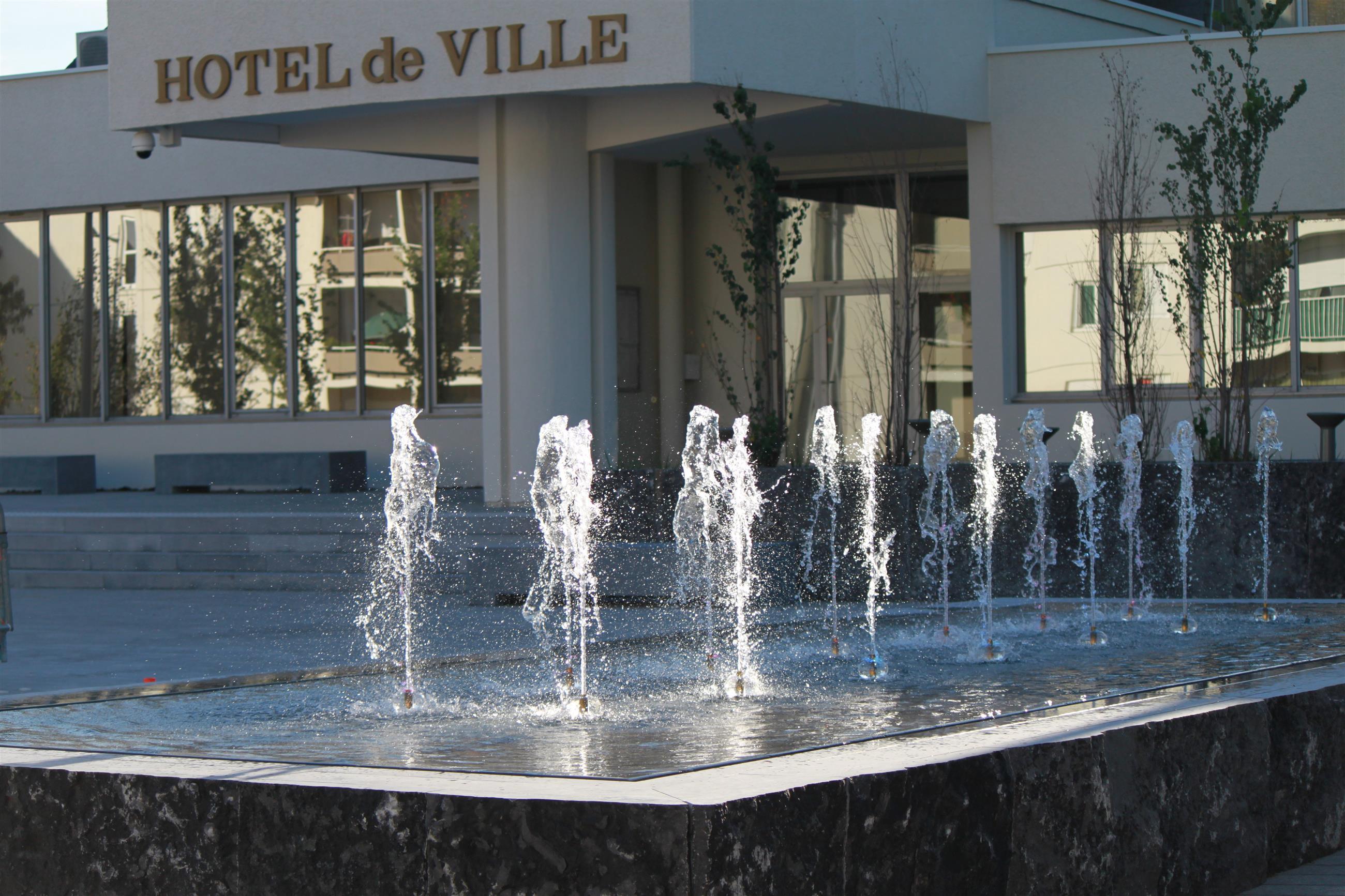 """Fontaine type """"buffet d'eau"""" sur le parvis de l'hôtel de ville"""