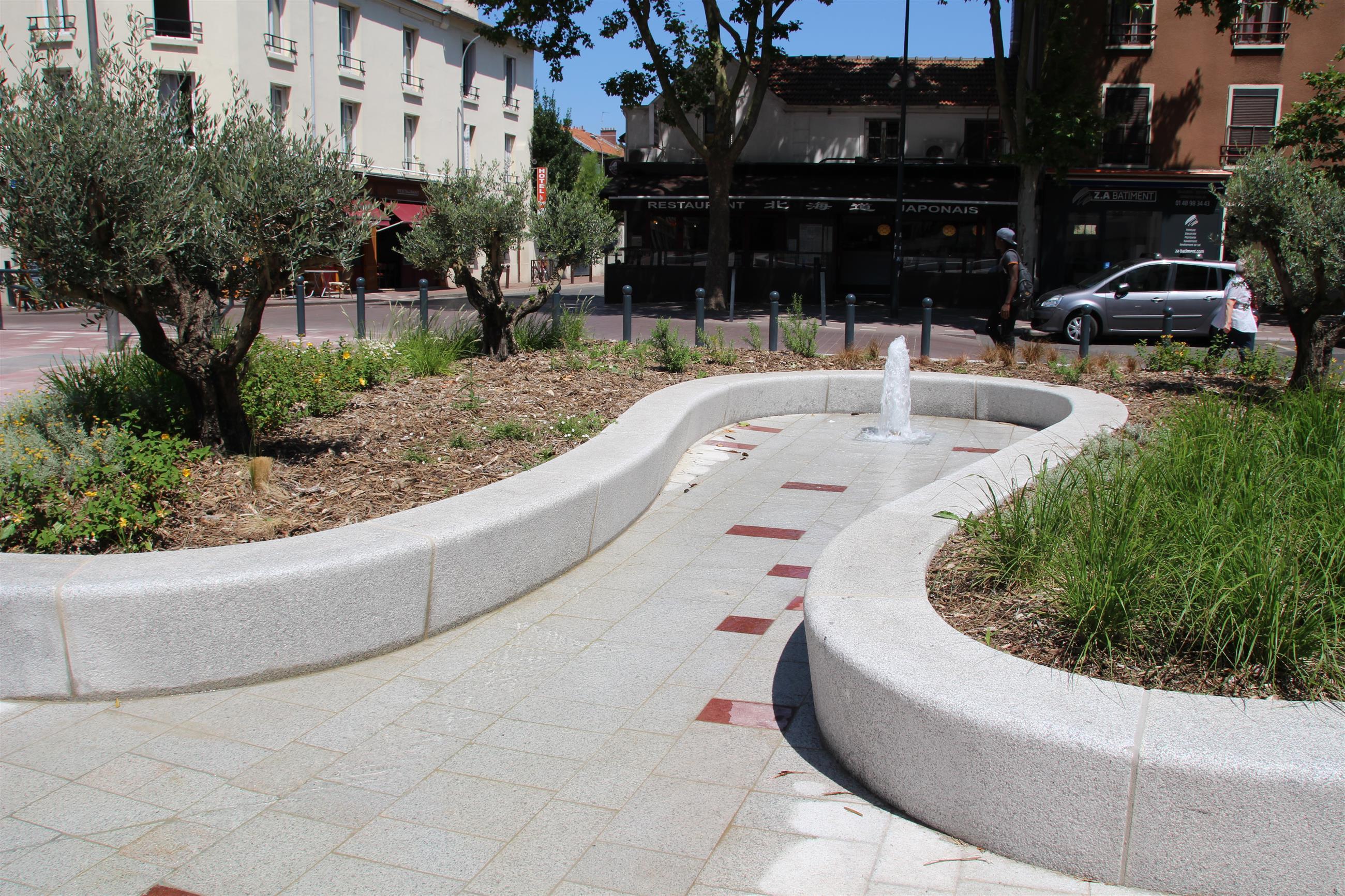 Fontaine sèche ceinturée d'assise