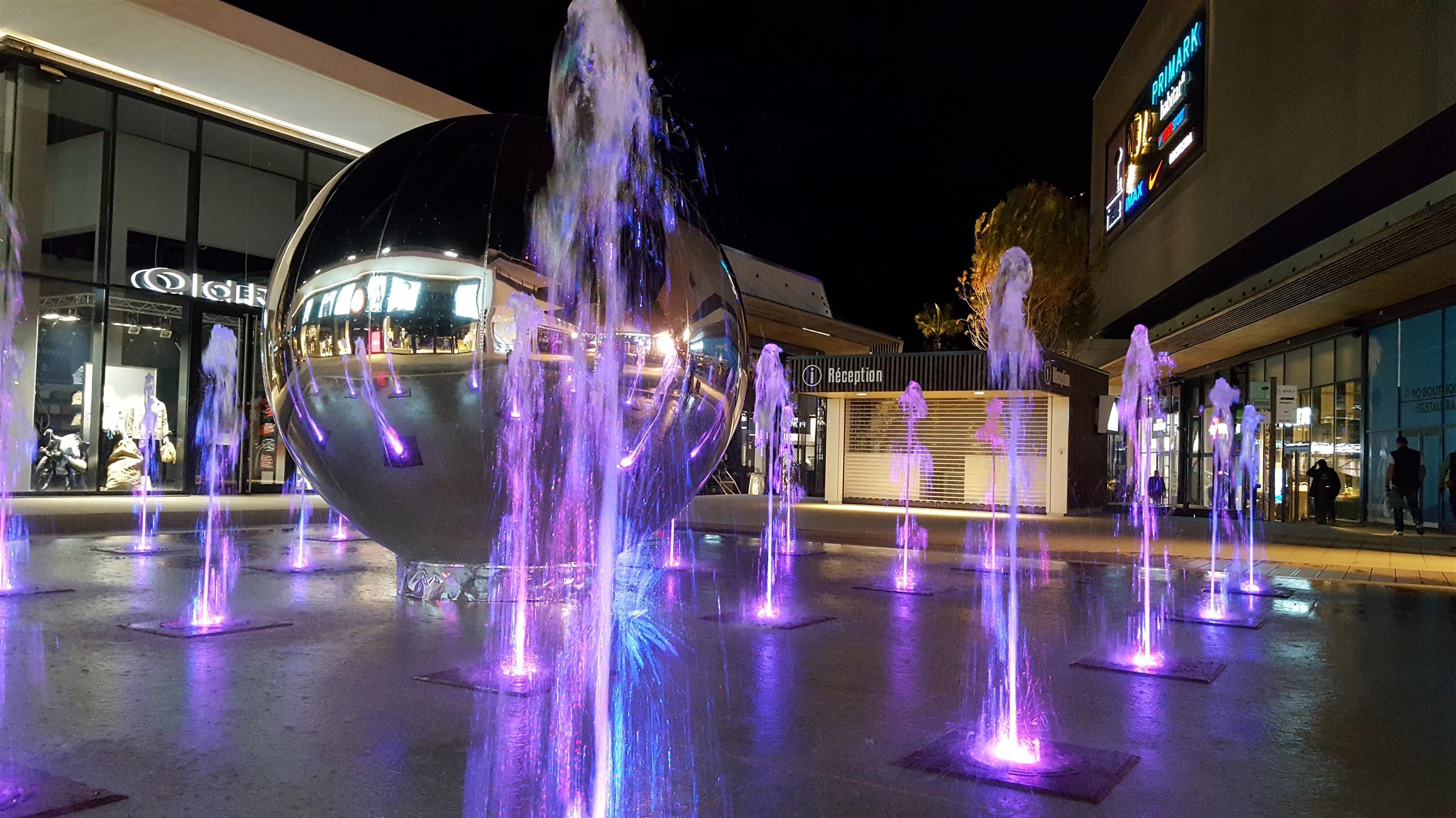 Vue de la fontaine sèche scénique de nuit