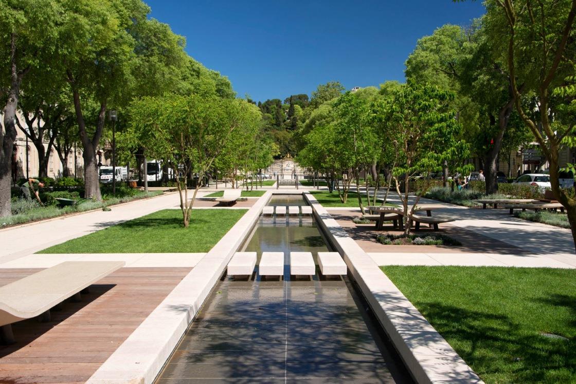 Vue du cheminement d'eau canal urbain avec pas japonais