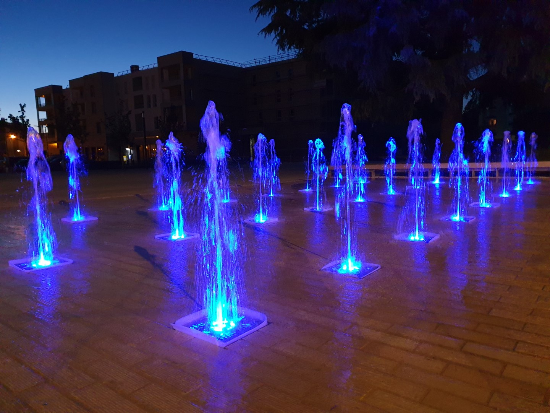 En fonctionnement fontaine sèche scénique de nuit