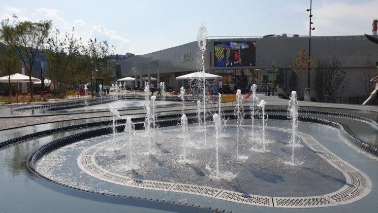 Fontaine sèche scénique et jets bondissants